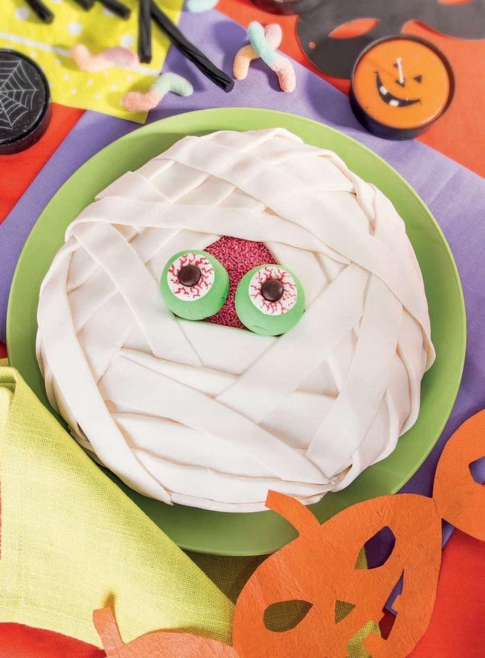 préparer un gâteau facile sur le thème d'Halloween, idée gâteau anniversaire d'enfant pour Halloween à design momie