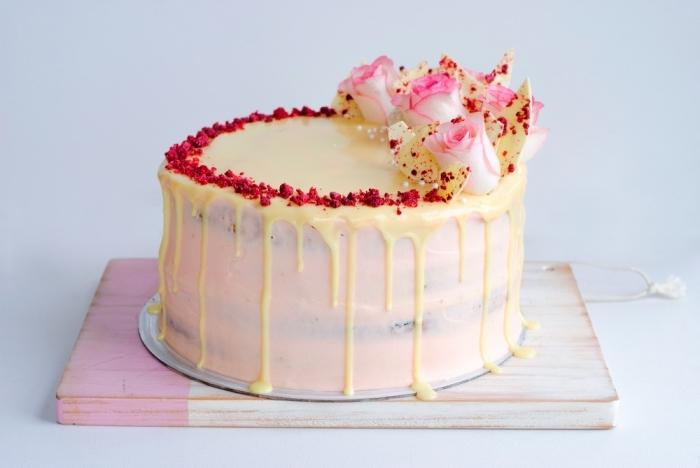 recette de glacage sucre glace, beurre, vanille et fromage à la crème, gâteau d'anniversaire fait-maison à la framboise et à la rhubarbe, au glaçage de cream cheese et au coulis de chocolat blanc