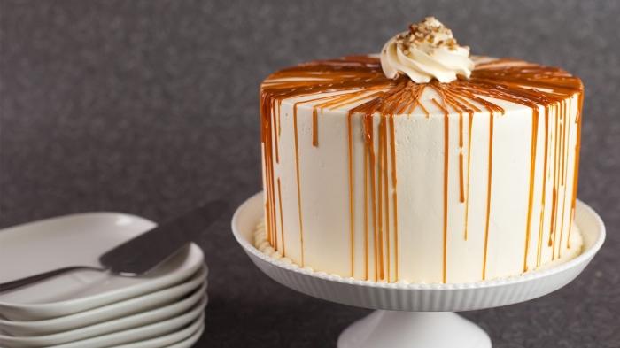 gâteau aux carottes recouvert de nappage gateau au fromage à tartiner, au coulis de caramel