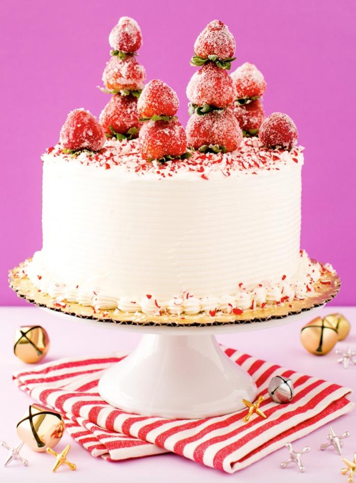 idée pour une jolie décoration de gâteau d'hiver au glacage blanc à la crème au beurre, décoré de fraises et de sucre