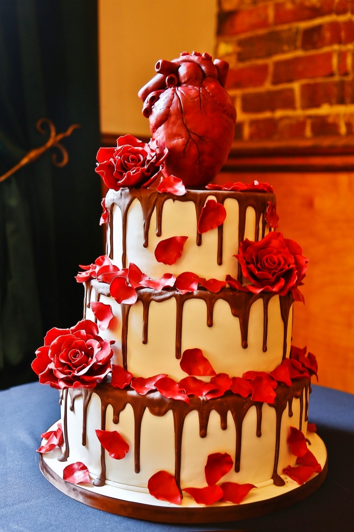 modèle fascinant d'un gateau halloween facile pour mariage, gâteau sur étages au nappage blanc et glaçage chocolat avec déco en roses sucrées