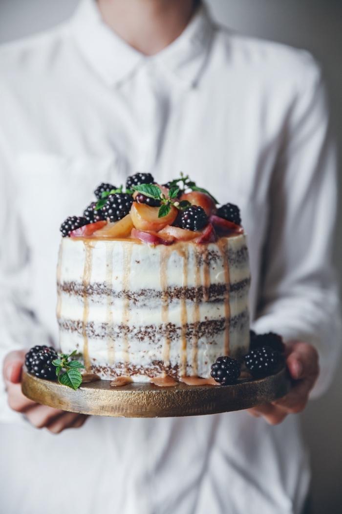 décoration anniversaire gateau aux carottes de myrtilles et pêches fraîcjes, au coulis de caramel et au glaçage de fromage à la crème