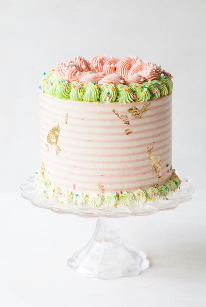 gâteau d'anniversaire à la rhubarbe pour une fête licorne, comment faire un gateau licorne facile au glaçage crème au beurre pastel et un décor à la poche à douille