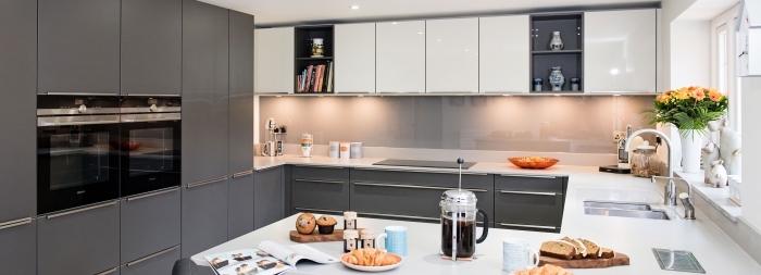 modèle de cuisine en blanc et gris avec meubles tendance moderne, meubles haut cuisine avec éclairage néon