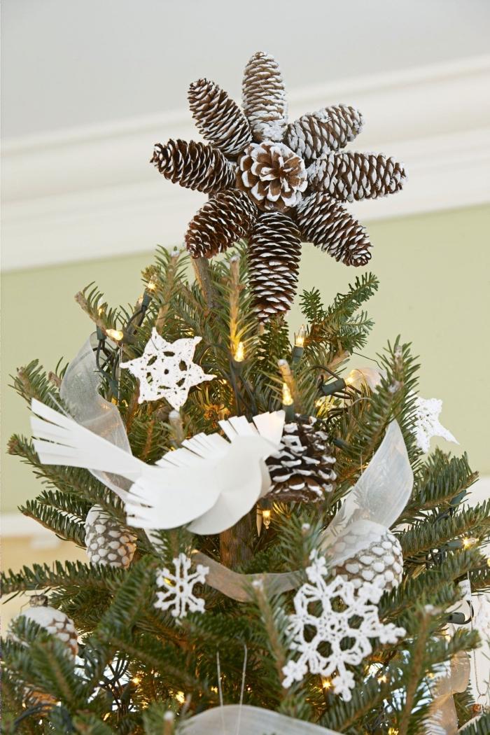 exemple comment décorer un sapin de noel avec ornements diy faciles à faire soi-même, modèle étoile de sapin en pomme de pin