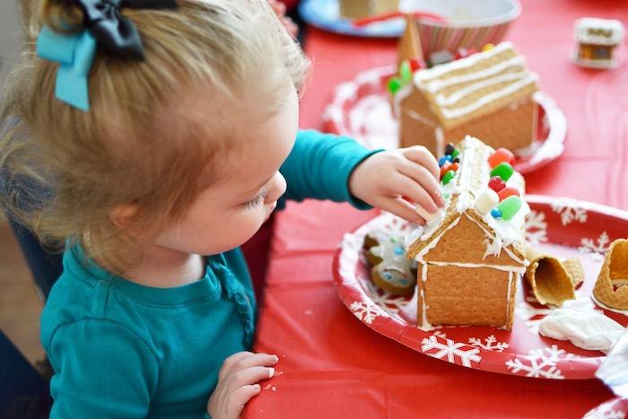 maison en pain d épices, décorée de vrème fraîche et bonbons, idée atelier créatif noel pour enfant, activité manuelle maternelle noel et anniversaire