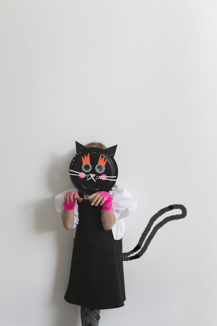 idée de déguisement d'halloween pour fille à faire soi-même, un masque chat noir fabriqué à partir d'une assiette en plastique, bricolage halloween en maternelle pour faire un masque original