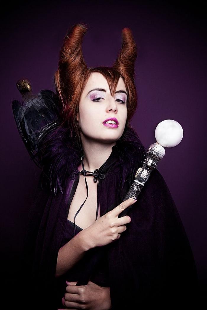 déguisement et maquillage halloween sorcière inspirés du film maléfique, costume de la sorcière maléfique avec sa coiffure et sa cape distinctives
