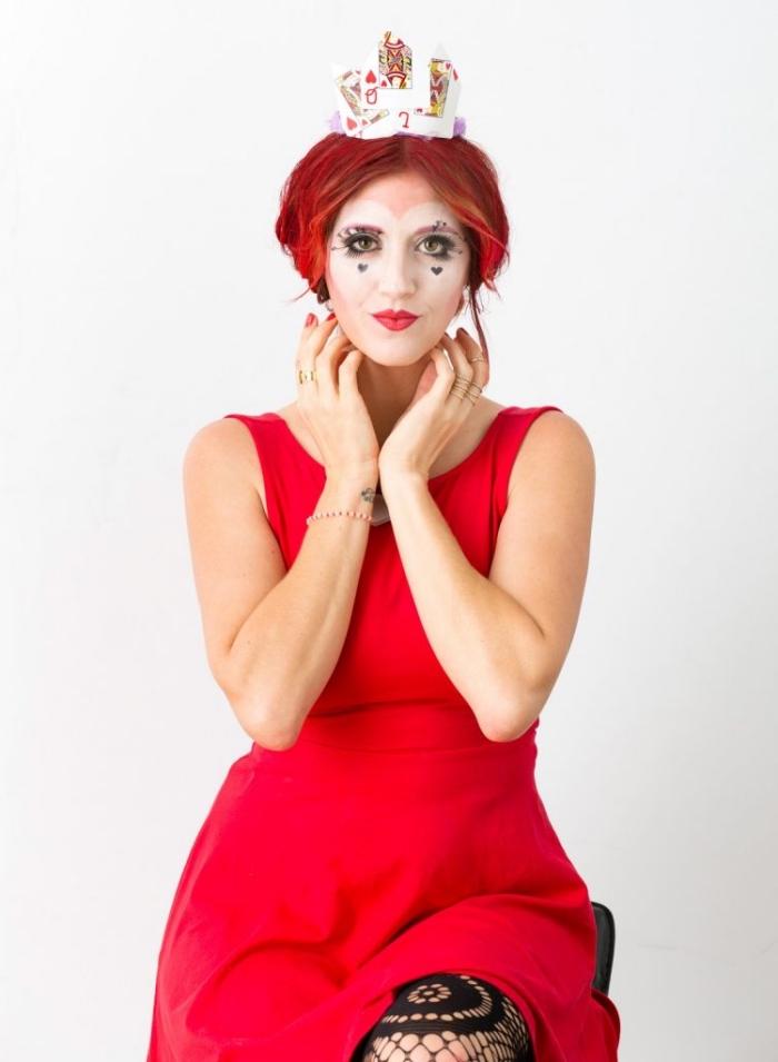 déguisement de reine de coeur avec un maquillage de fantaisie simple, visage en forme de coeur, teint opalin et une petite couronne en papier