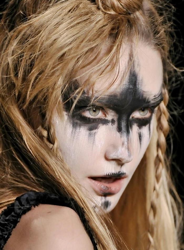 maquillage guerrière viking au visage peint de noir et blanc, coiffure sauvage de femme viking avec mini-tresses