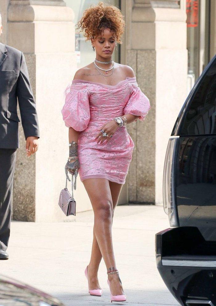 Soirée année 80 deguisement Rihanna robe rose et chaussures a talon roses, comment s habiller robe année 80, disco party
