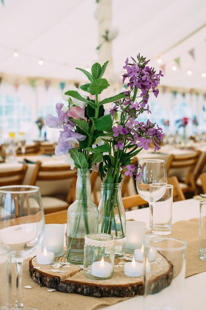 centre de table grand rondin de bois, vases simples avec fleurs lilas, deco champetre mariage