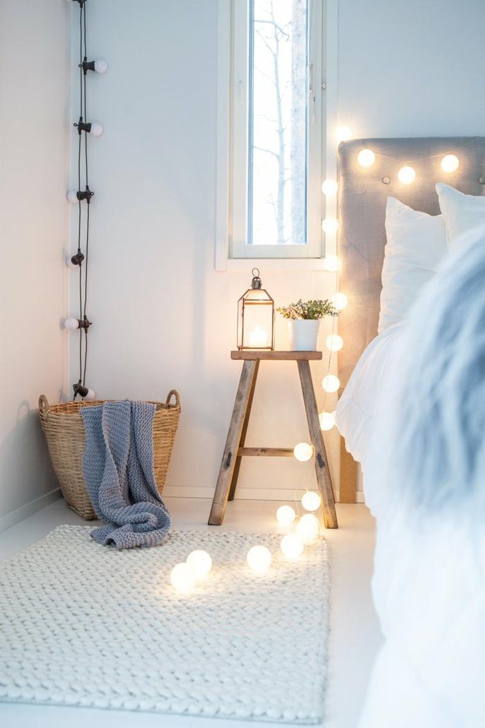 comment décorer sa chambre, panier rustique, guirlande lumineuse, tabouret en bois, tête de lit grise