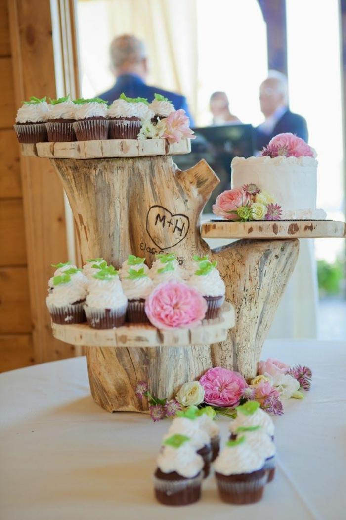 décoration de mariage romantique, troncs de bois et petits cakes, inscription avec les lettres des mariés