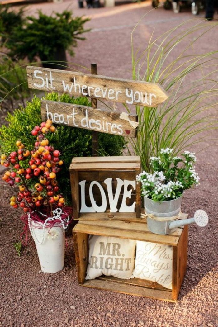 décoration unique avec des caissons et des enseignes rustiques en bois, vase avec des baies, deco mariage champetre pas cher