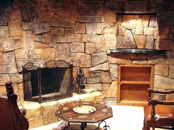 parement pierre interieur marron autour de la cheminée pour un aspect vieille maison