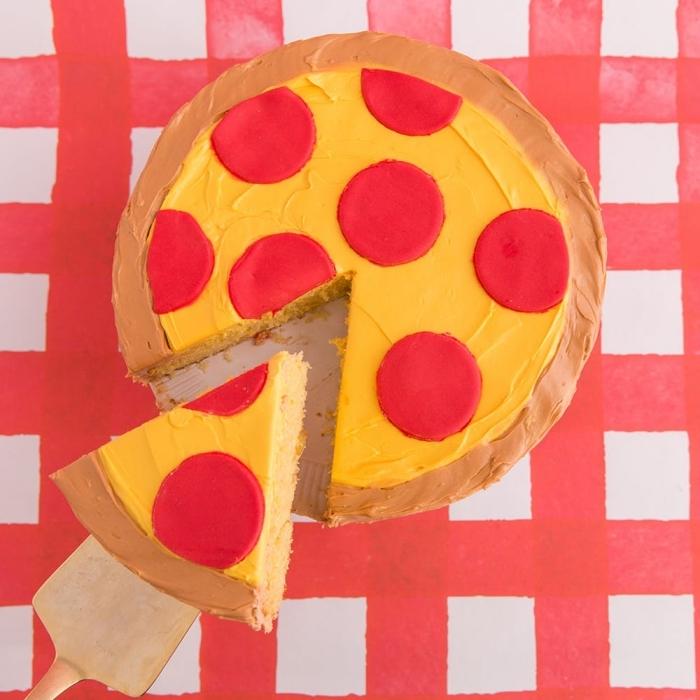 design original d'un gâteau pizza à base de génoise, nappé de glaçage à la crème au beurre avec deco pate a sucre en forme facile
