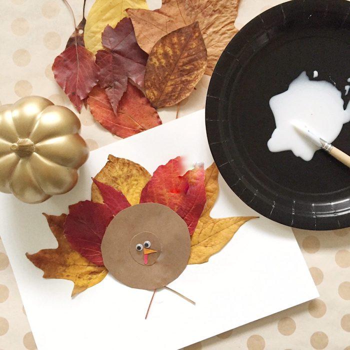 activité automne creche, création de dinde en cercle de papier kraft et plumes en feuilles mortes, bricolage land art