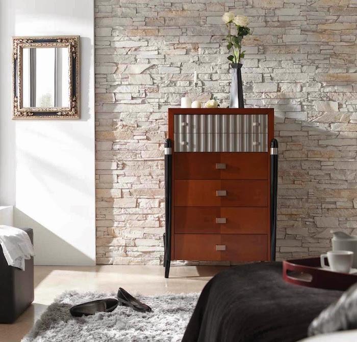 mur de chambre en plaquette de parement pierres claires avec commode en bois design