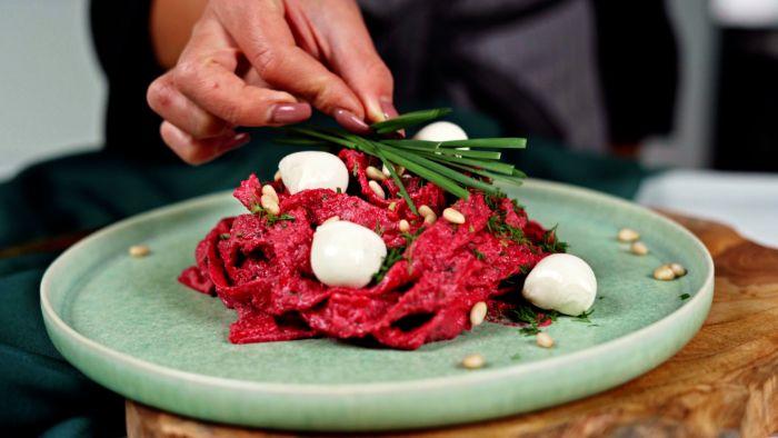 decorer des pâtes à la betterave à l aneth mini boules de mozzarella et des brins d oignon vert recette halloween menu original