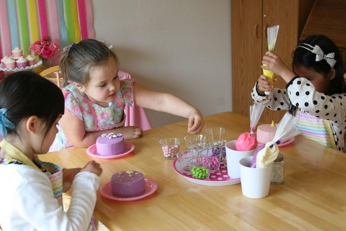 activité manuelle pour le gouter anniversaire, decorer un gateau de dragées, bonbons et crème frâiche en poche à douille