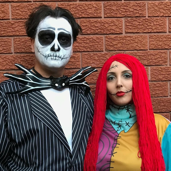 duo déguisé pour halloween, visage tête de mort, papillon noir homme chauve-souris, cheveux longs rouges