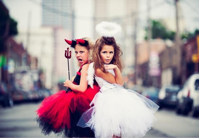idée pour un deguisement halloween fille, costume de petite ange ou petite diable à jupe tutu avec des accessoires adaptés