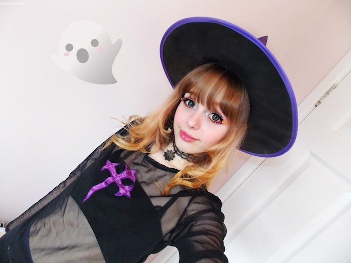 deguisement halloween ado fille sorciere en costume transparent de sorcière avec croix mauve, chapeau pointu, collier ras du coi, maquillage yeux orange