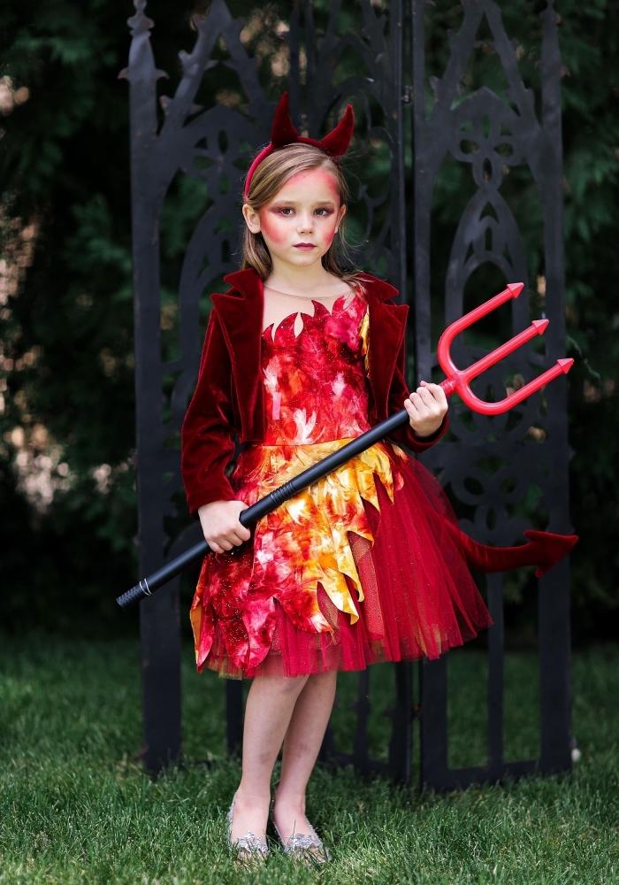 deguisement halloween fille composé d'une jolie robe rouge à jupe tutu à motifs flammes, veste en velours et fourche de diable