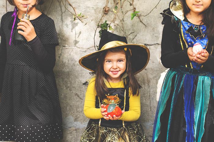deguisement sorciere petite fille en blouse jaune, jupe à motif toile d araignée, capeline chapeau de sorciere traditionnelle