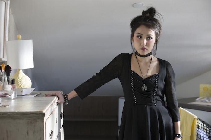 robe de sorcière noire, collier wicca, maquillage de sorcière original, cheveux attachés en chignon décoiffé