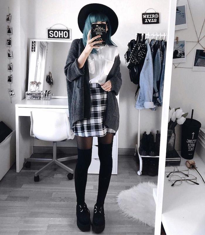 deguisement halloween maison simple en jupe à carreaux noir et blanc, chemise blanche, gilet gris, capeline noire, cheveux coloration bleue et cuissardes