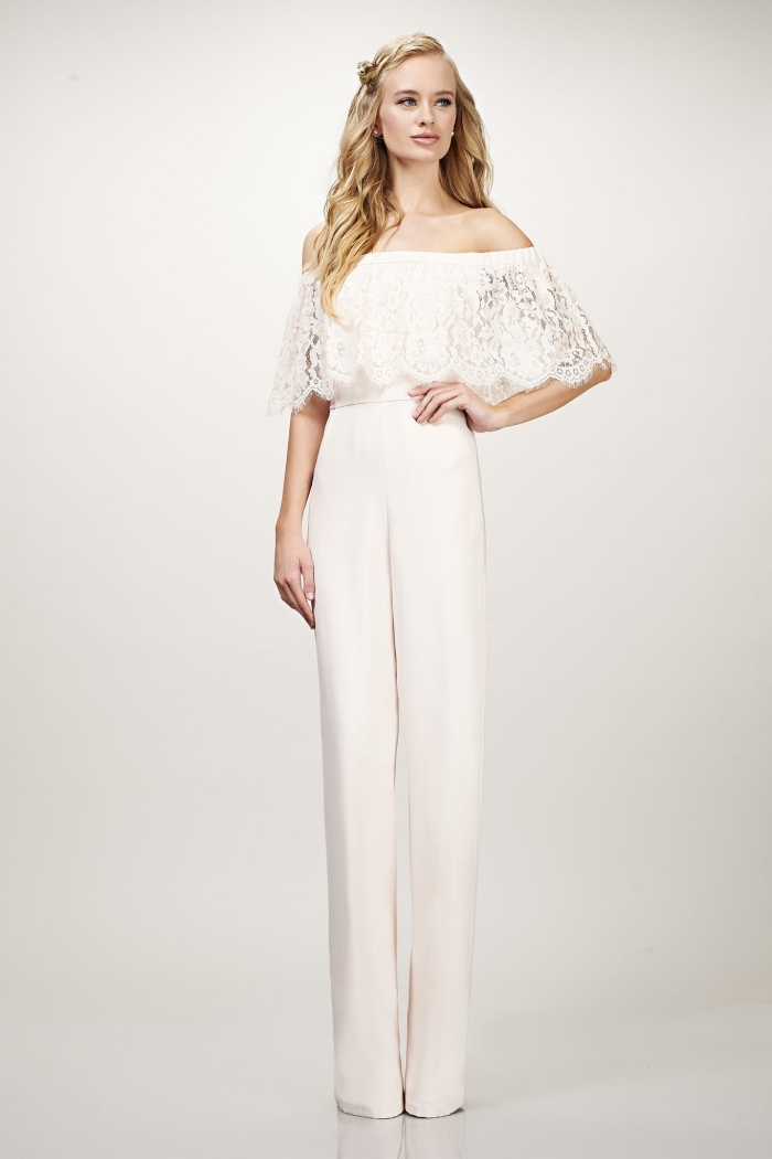 look de mariée avec combinaison pantalon design romantique à top à volant avec coiffure cheveux longs et ondulés