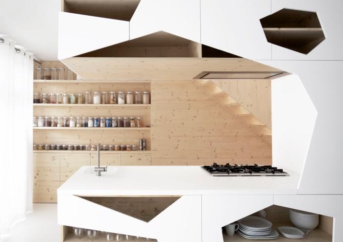 modèle de cuisine contemporaine équipée avec îlot central, pièce moderne aux lignées géométriques et meubles en bois