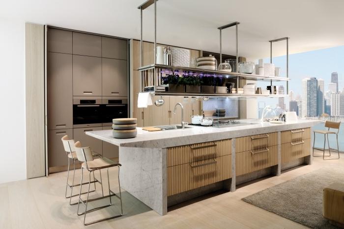 grande ou petite cuisine avec ilot central en marbre blanc avec armoires en bois, modèle îlot équipé d'évier et de plaque cuisson