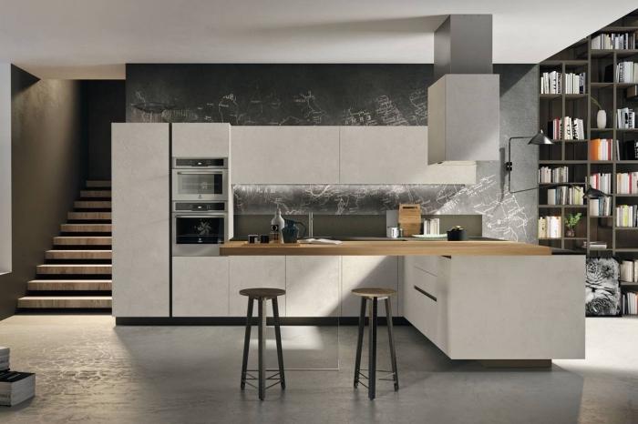 déco avec mur noir dans une cuisine tendance moderne, exemple de cuisine ouverte avec îlot en blanc et bois