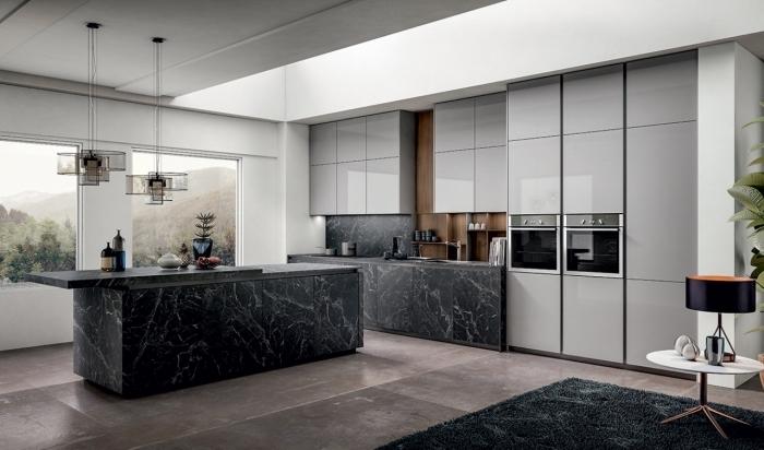 tendances couleurs pour intérieur moderne, idée déco cuisine équipée avec meubles à design marbre noir et armoires gris clair laqué