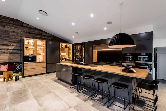 déco de grande cuisine ouverte aménagée en bois et noir, design intérieur cuisine bois et noir avec îlot central