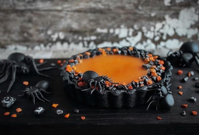 faire un dessert à décoration effrayante pour la fête d'Halloween, gateau halloween araignée, figurines d'araignées noires en plastique