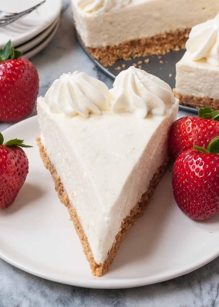 recette de cheesecake fondant sans cuisson à la vanille avec une base dе biscuits graham servi avec des fraises fraîches
