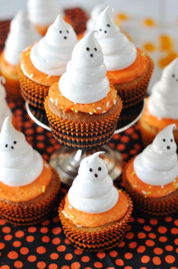 des muffins spécial halloween à la patate douce décorés avec des fantômes en meringue, dans des caissettes noir et orange