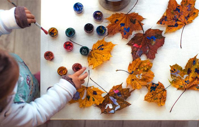 peinture avec de la peinture acrylique sur feuilles mortes, loisirs créatifs pour tout petit a faire soi meme