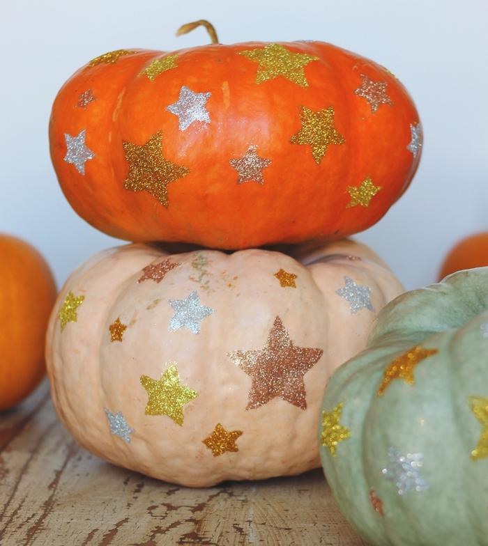 exemple déco de halloween dernière minute, activité manuelle maternelle pour Halloween, modèle citrouille à déco étoiles en peinture paillette