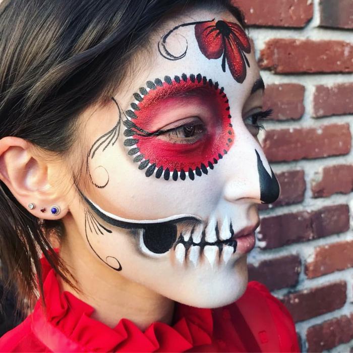 chemise rouge, cercles rouges autour des yeux, dents apparentes et vigne rouge sur le front