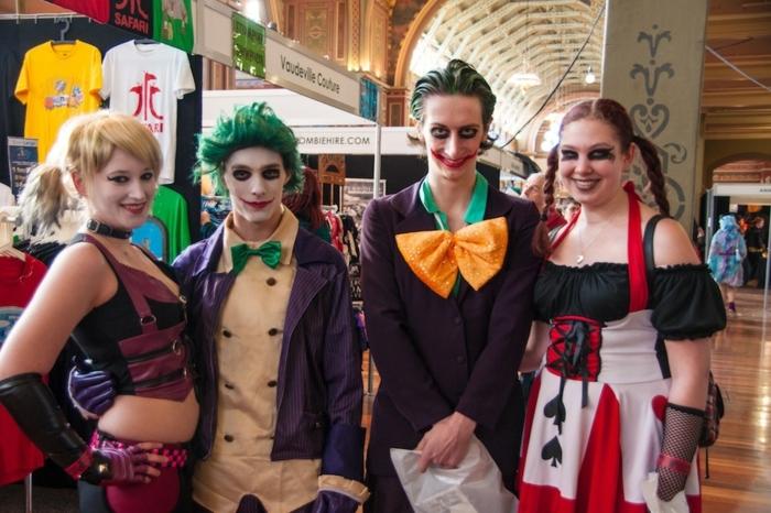 déguisement pour Halloween, deux jeunes couples habillés pour halloween comme des héros des bandes dessinées