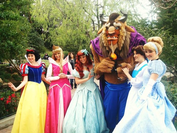 Le déguisement halloween professionnel, déguisement princesse de Disney, belle robe de belle de la belle et la bête, blanche-neige, ariel