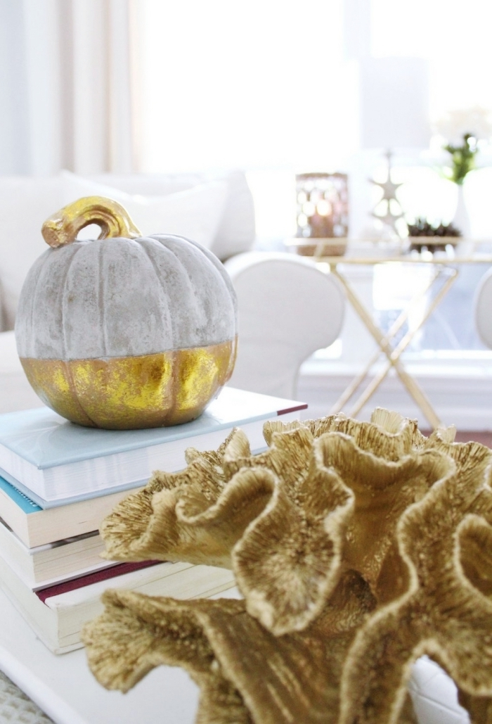 design intérieur minimaliste avec objets DIY stylés pour Halloween, idée comment décorer une citrouille avec peinture à effet mat et métallique