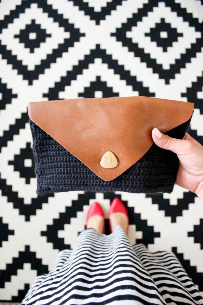 accessoire diy pochette bi-matière à rabat en cuir couleur cognac et en crochet noir