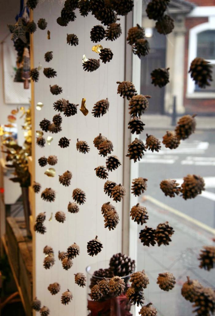 design intérieur personnalisé avec un rideau original en guirlande avec pommes de pins, idée activité manuelle automne