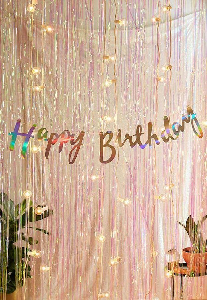 Anniversaire 18 ans fille, décoration salle anniversaire, cool idée déco guirlande lumineuse et guirlande joyeux anniversaire